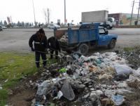 جمع آوری زباله از حاشیه جاده آمل به بابل در محدوده و حریم شهر دابودشت توسط نیروهای خدمات شهری