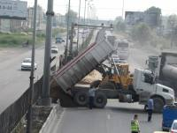 خاکریزی بلوار وسط جاده آمل به بابل جهت اجرای فضای سبز توسط شهرداری دابودشت