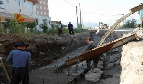 ادامه عملیات احداث کانال بتنی خیابان ولیعصر (عج) شهر دابودشت