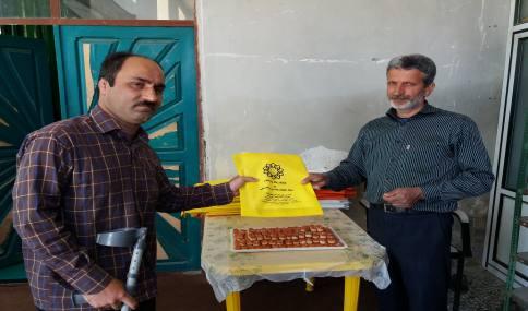 توزیع کیسه پارچه ای و بروشور اموزشی تفکیک زباله  در میان نمازگزاران جمعه دابودشت به مناسبت هفته زمین پاک